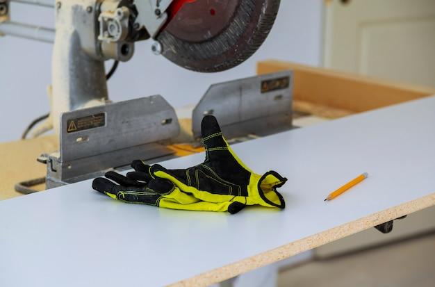 Trabajadores del equipo de construcción sierras eléctricas y herramientas de seguridad.