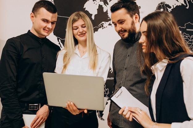 Trabajadores del equipo corporativo en una empresa de informática