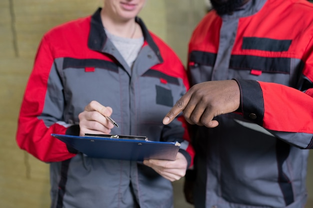 Trabajadores de fábrica haciendo notas