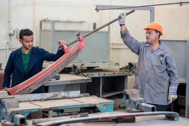 Trabajadores en la fábrica industrial