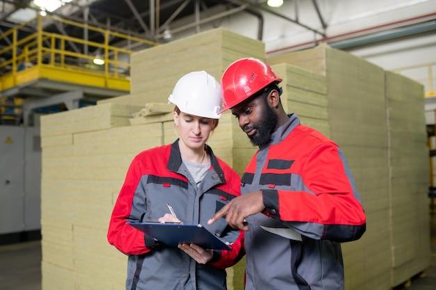 Trabajadores de fábricas de suministros de construcción