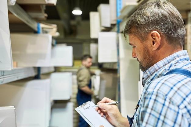 Trabajadores haciendo inventario en almacenamiento