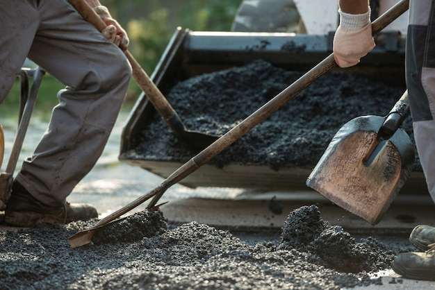 Trabajadores haciendo pavimento de asfalto nuevo
