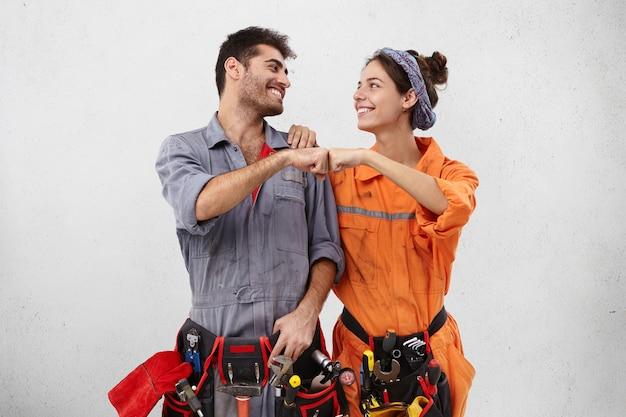 Trabajadores masculinos y femeninos con ropa de trabajo