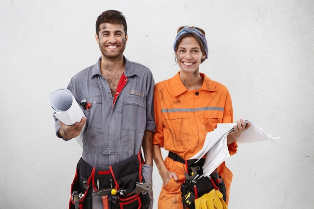 Trabajadores masculinos y femeninos vistiendo ropa de trabajo