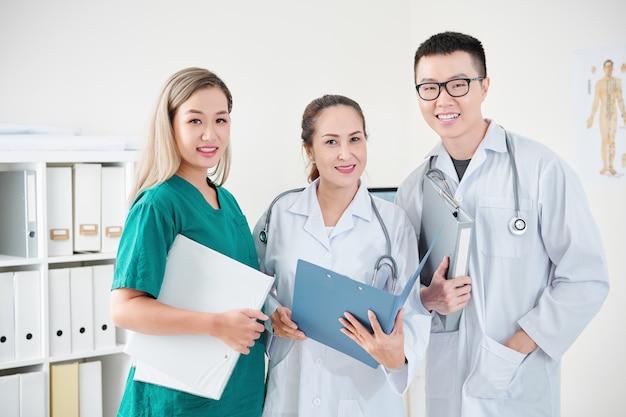 Trabajadores médicos asiáticos alegres