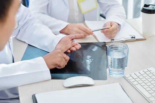 Trabajadores médicos discutiendo neumonía