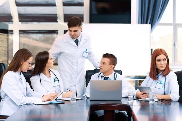 Trabajadores médicos que trabajan en la sala de conferencias