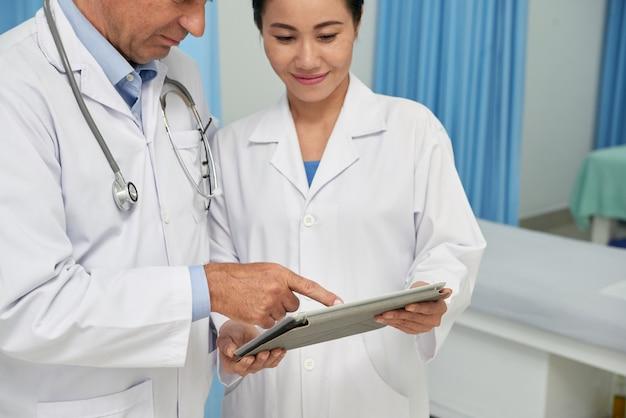 Trabajadores médicos con tableta