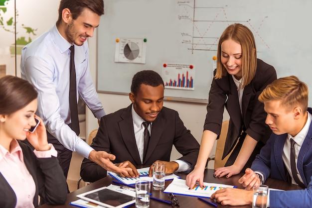 Los trabajadores muestran horarios de logros en el trabajo al director.