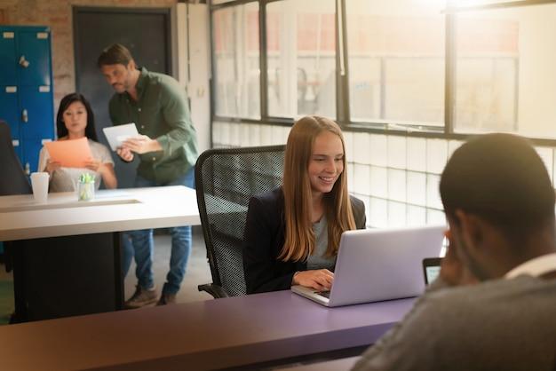 Trabajadores ocupados trabajando en oficinas modernas.
