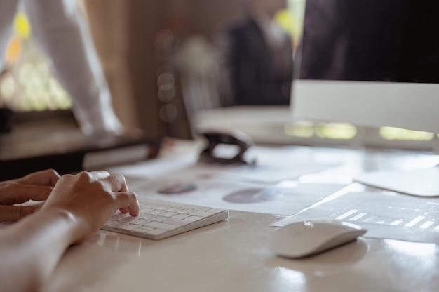 Los trabajadores de oficina trabajan usando computadoras para encontrar información reunión de resumen de ventas reuniones y negocios