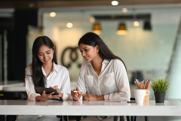 Trabajadores de oficina trabajando juntos en la sala de reuniones