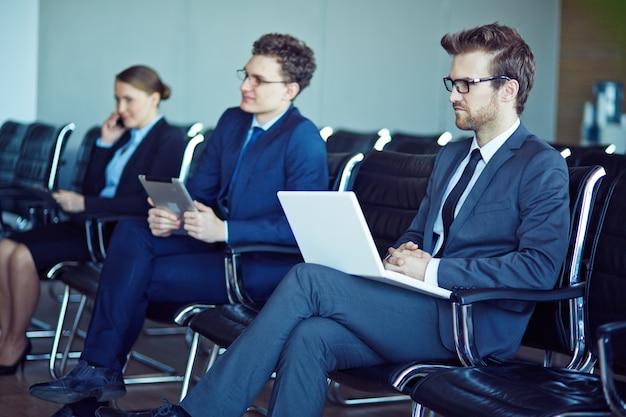 Trabajadores prestando atención en el seminario