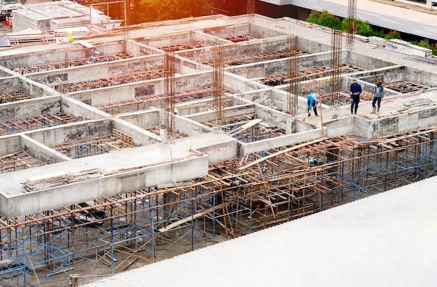 Trabajadores que trabajan en el sitio de construcción para formar el nuevo edificio udonthani tailandia.