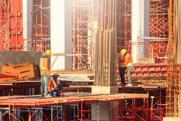 Los trabajadores que trabajan en el sitio de construcción moderna trabajan en bangkok, tailandia.