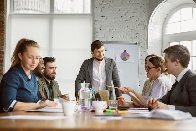 Trabajadores en una reunión de intercambio de ideas