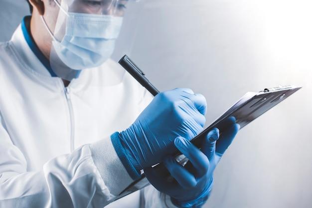 Los trabajadores sanitarios están tomando notas sobre las notas en el laboratorio
