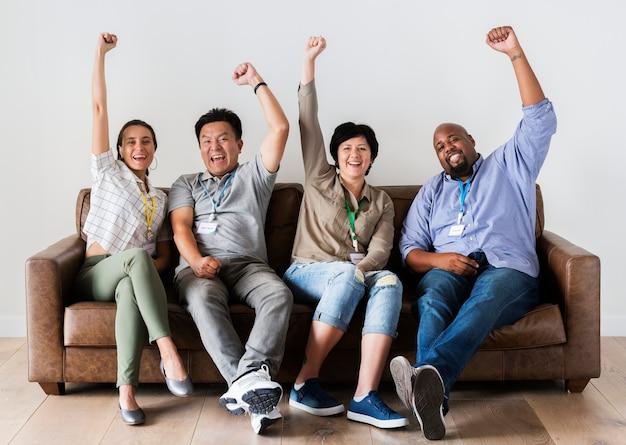 Trabajadores sentados y animando juntos