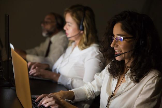 Trabajadores de servicio al cliente en oficina oscura