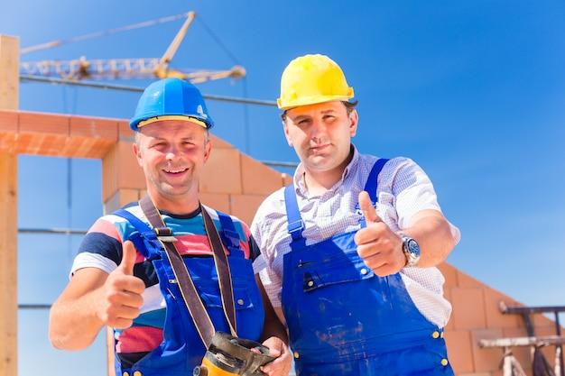 Trabajadores del sitio de construcción construyendo paredes en la casa