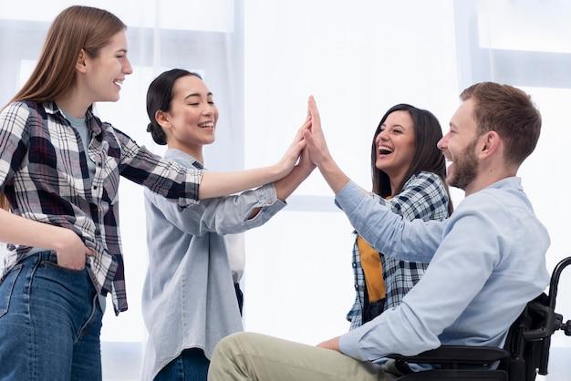 Trabajadores sonrientes chocan cinco