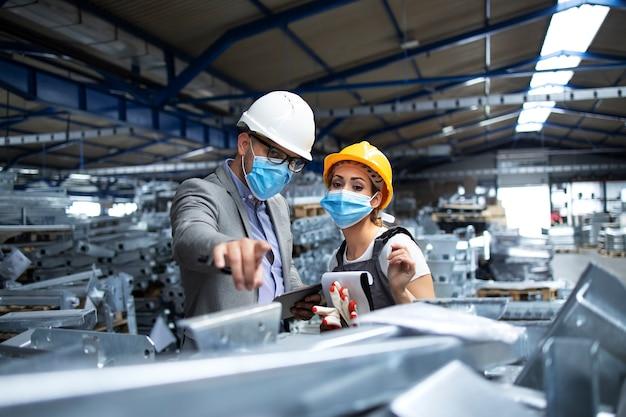 Trabajadores con uniformes que protegen contra el virus corona