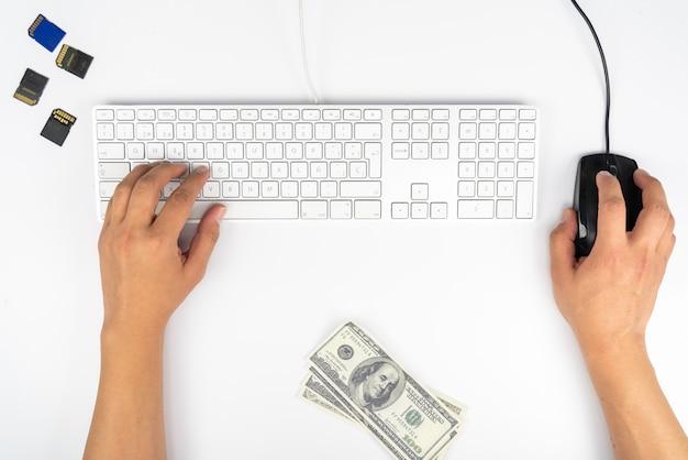 Trabajando en casa con hombres portátiles escribiendo un blog. escribiendo en un teclado. programador o hacker informático trabajando en casa con hombres que escriben un blog.