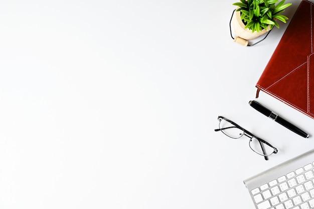 Trabajando con la computadora portátil y el copyspace de cactus en el fondo de la tabla. vista superior