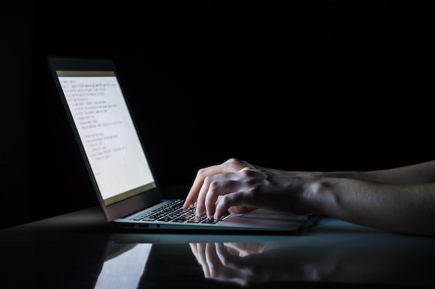 Trabajando en la computadora portátil por la noche