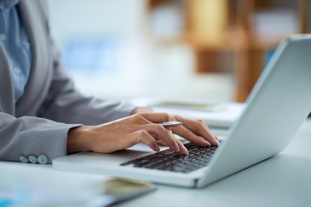 Trabajando en la computadora portátil