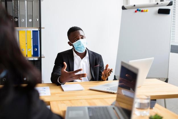 Trabajando durante covid en concepto de oficina