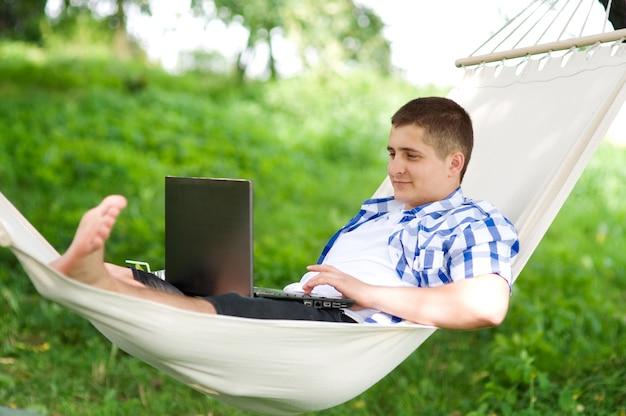 Trabajando en una hamaca con laptop