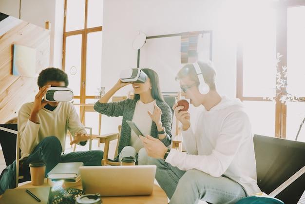 Trabajando juntos con gafas de realidad virtual.