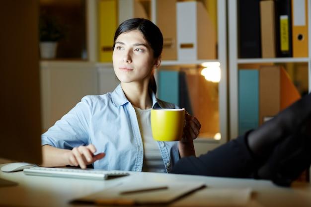 Trabajando con una taza de cafe
