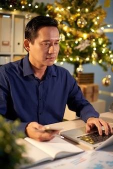 Trabajando en la víspera de navidad
