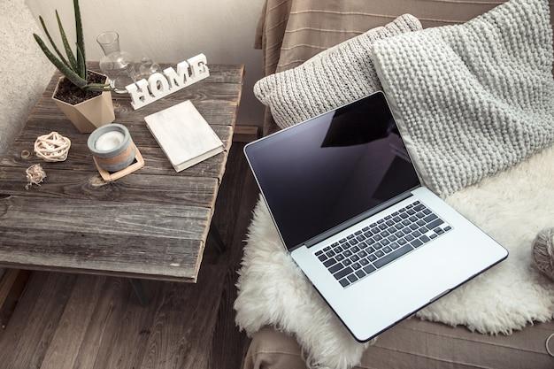 Trabajar en casa con una computadora en el sofá