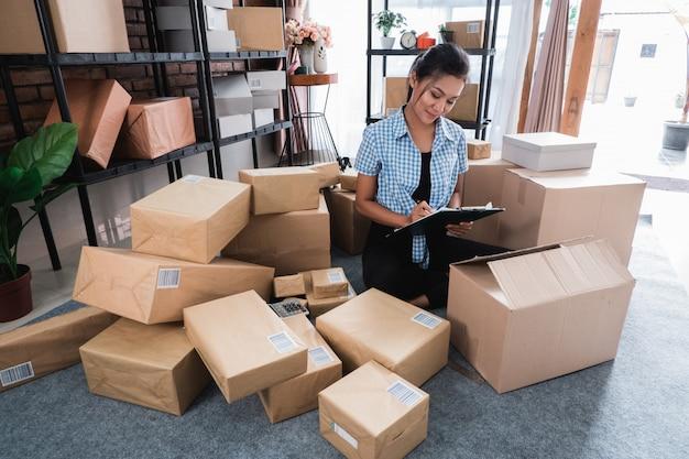 Trabajar en casa y consultar paquetes de envío