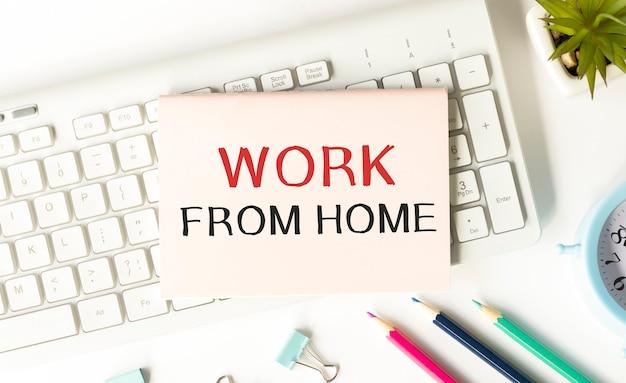Trabajar desde casa mensaje en la página de hoy
