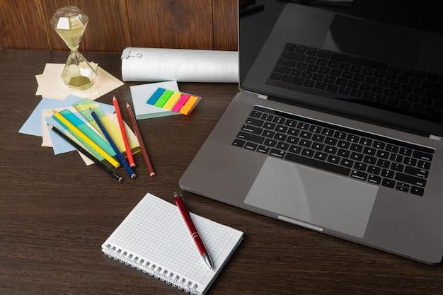 Trabajar con una computadora portátil con una conexión a un seminario web para ver el concepto de negocio e-business