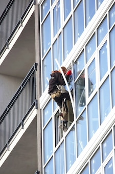 Trabajar en un edificio alto coloca las ventanas afuera en el nuevo edificio