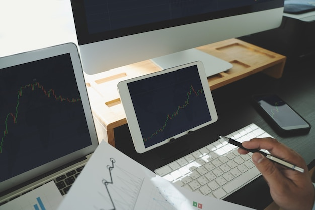 Trabaje duro análisis de datos estadísticas tecnología de negocios de información utilizando análisis de internet en la oficina