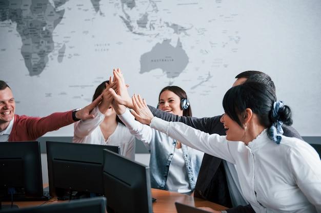 Trabajo bien hecho. jóvenes que trabajan en el centro de llamadas. se acercan nuevas ofertas