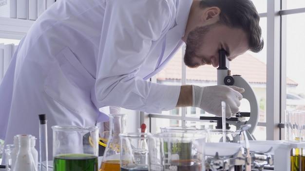 Trabajo científico con equipo de ciencia en laboratorio. concepto de investigación científica.