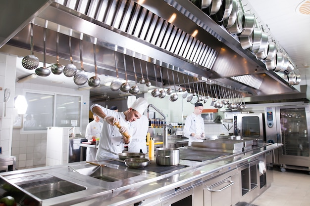 El trabajo del cocinero en la cocina del restaurante.