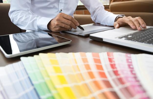 Trabajo de diseñador gráfico con gráficos de color en una oficina moderna