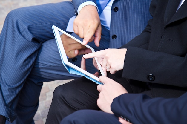 Trabajo en equipo analizando documento digital