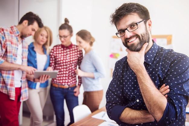 Trabajo en equipo de compañeros de trabajo. concepto de administrador