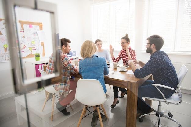 Trabajo en equipo de compañeros de trabajo. concepto de lluvia de ideas