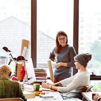 Trabajo en equipo discusión reunión brainstorming start up concept